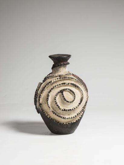 TWA (Rwanda)  POT à eau ou à lait en terre cuite décoré d'un motif serpentiforme...