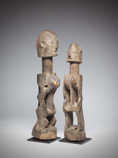 DOGON (Mali)  Important COUPLE en bois lourd,...