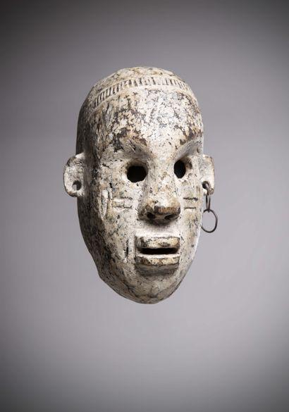 ZANDE (Congo R.D.C)  Très ancien MASQUE taillé en ronde bosse, couvert de kaolin,...