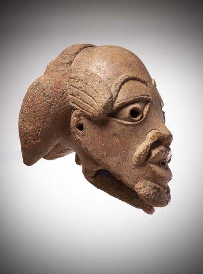 NOCK (Nigéria)  Remarquable TÊTE masculine en terre cuite de couleur rosée sur une...
