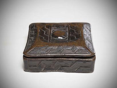 KUBA (Congo R.D.C)  BOITE à fard de forme carrée portant des décors gravés de motifs...