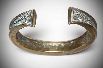 FANG (Gabon)  Important TORQUE en laiton gravé en son centre d'un motif serpentiforme;...