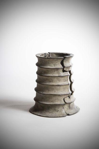 YORUBA (Nigéria)  JAMBIERE articulée en bronze à cire perdue, à décor côtelé, probablement...