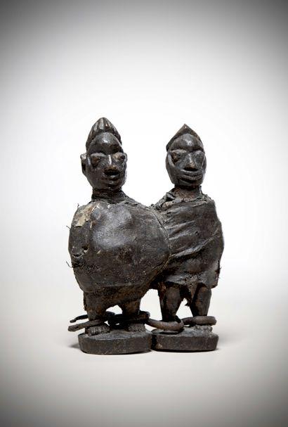 NAGO (Bénin)  Deux STATUETTES en bois enserrées...