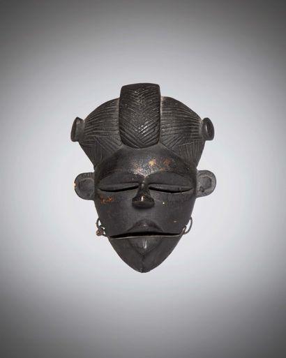 OGONI (Nigéria)  MASQUE féminin à mâchoire mobile, aux traits fins et à la coiffure...
