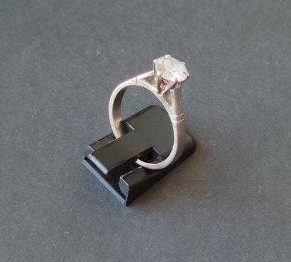 Bague en or gris sertie d'un diamant taille...