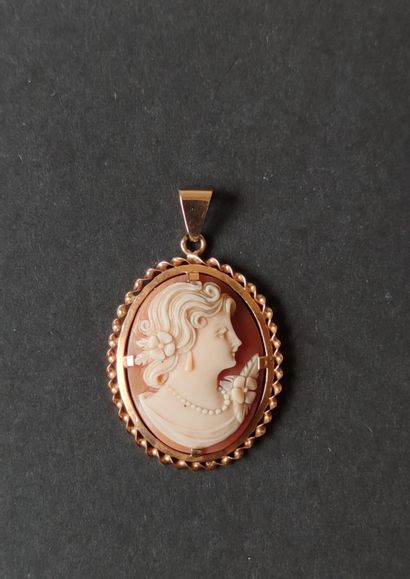 PENDANT in 750°/°° yellow gold with a shell cameo with a young woman in profile...