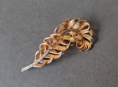 """PIN """"leaf"""" in yellow and white gold 750°/°°° set with small cut diamonds, Gross..."""