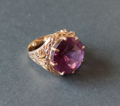 RING in yellow gold 750°/°°° decorated with a cut alexandrite, gross weight : 9.7...
