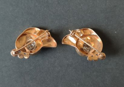 """Two small BROCHES """"volute"""" in 750°/°° yellow gold and platinum set in their centre..."""