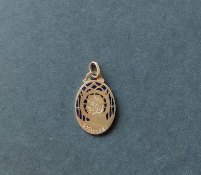 MEDAILLE en or jaune 750°/°° représentant une tête de Vierge dans une entourage...