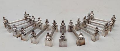 Suite de douze PORTE-COUTEAUX en métal argenté4...
