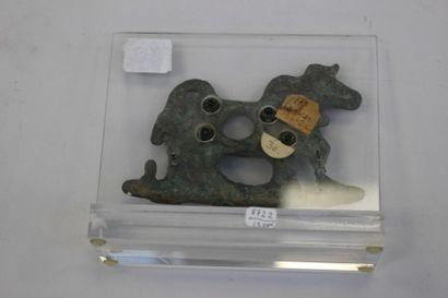 Psalia représentant un bovidé portant un collier  Bronze à patine verte  Luristan,...