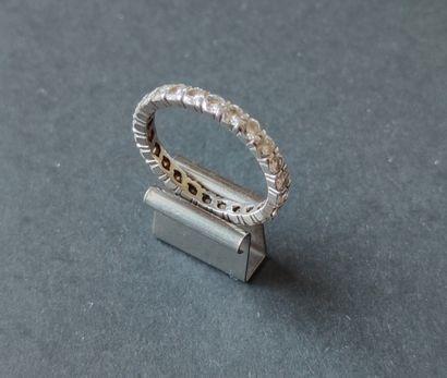 ALLIANCE en platine ornée d'une suite de diamants taille brillant. Poids brut :...