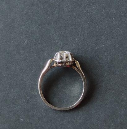BAGUE en or gris 750°/°° et platine sertie d'une petit diamant taillé, Poids brut...