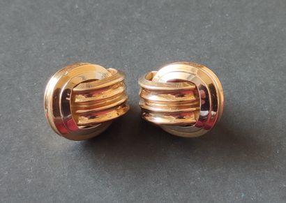 Paire de BOUCLES d'oreilles en or jaune 750°/°° à motif de godrons Poids : 11 gr...
