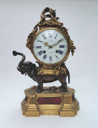 Importante PENDULE « à l'éléphant » en bronze...