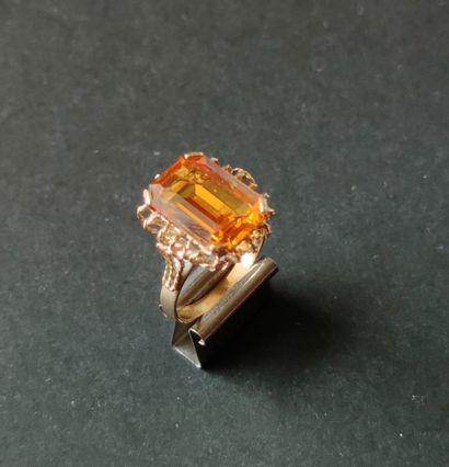 BAGUE en or jaune 750°/°° sertie d'une pierre...