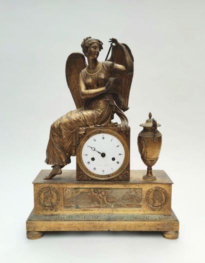 Pendule en bronze doré à motifs d'une femme...