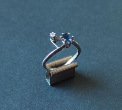Petite BAGUE en or gris 750°/°° sertie d'un petit saphir et d'un petit diamant,...