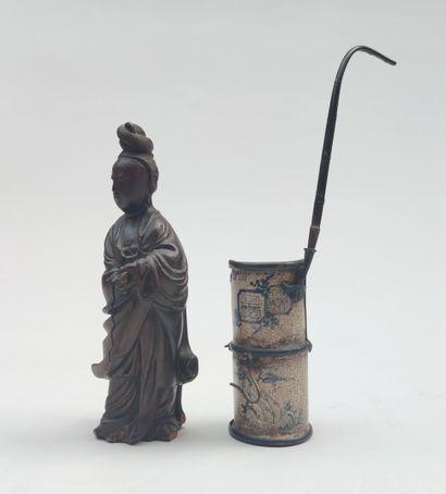 STATUETTE en bois représentant Kwan Yin...
