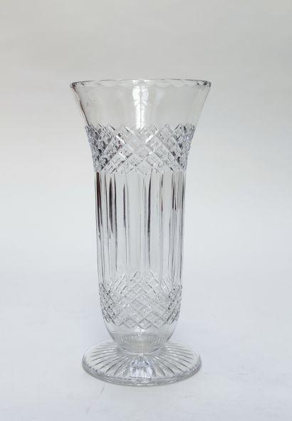 SAINT LOUIS Vase en cristal taillé sur piédouche,...