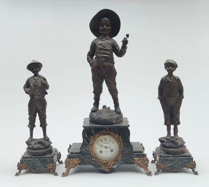 Garniture trois pièces comprenant une pendule...