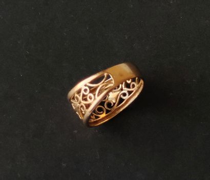 Yellow gold ring 750°/°° with openwork decoration of interlaces. Weight : 3.6 g...