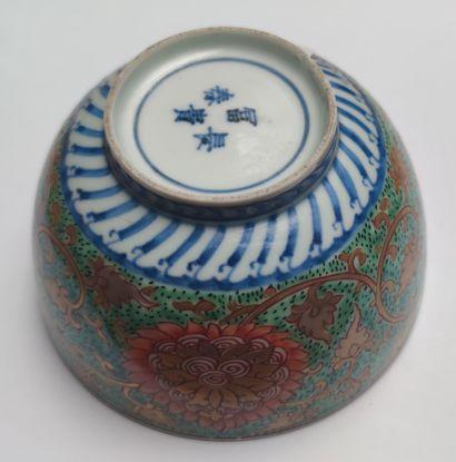 BOL en porcelaine à décor émaillé polychrome sur l'extérieur de rinceaux et fleurs...