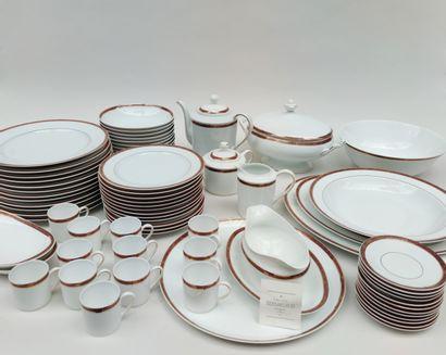 Service de table en porcelaine de LIMOGES,...