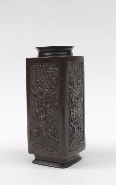 Vase en bronze de section carrée, les quatre...