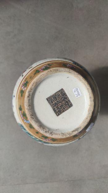 Paire de VASES en porcelaine craquelée de forme pansue et cols cornets à décor émaillé...