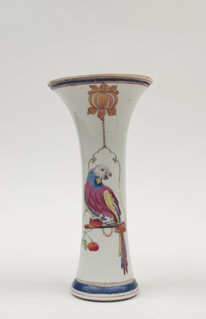 Petit VASE en porcelaine de forme tubulaire à col cornet à décor émaillé polychrome...