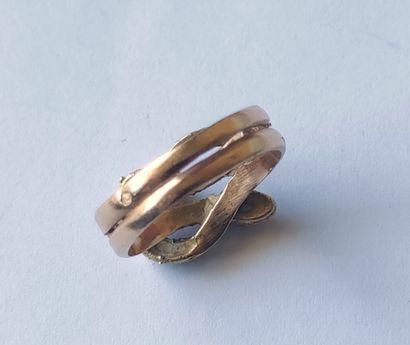 BAGUE en or jaune 750°/°° à motif de deux serpents entrelacés, formant un anneau...