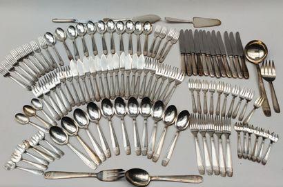 Ensemble de pièces de ménagère en métal...