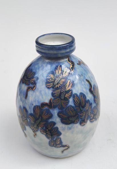 Charles THARAUD - LIMOGES VASE en porcelaine de forme pansue à col étranglé à rebord...