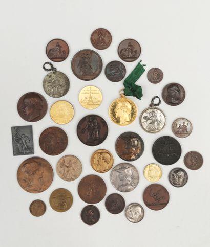 Ensemble de trente trois MEDAILLES en bronze,...