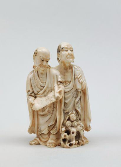 OKIMONO en ivoire représentant deux rakkan...