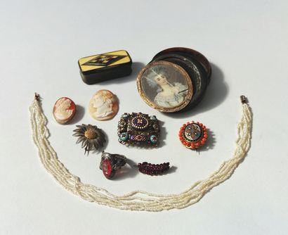LOT comprenant : BOITE ronde en écaille brune le couvercle orné d'une miniature...