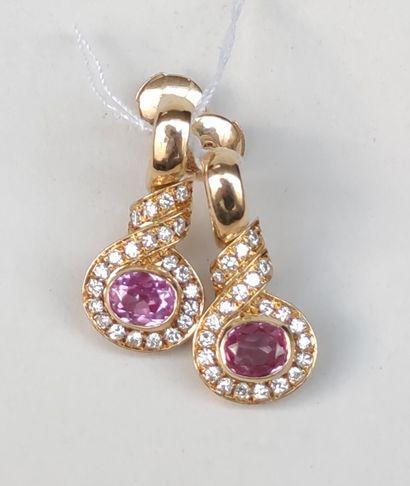 Une paire de boucles d'oreilles en or jaune 750°/00 serties de pierres rouges et...