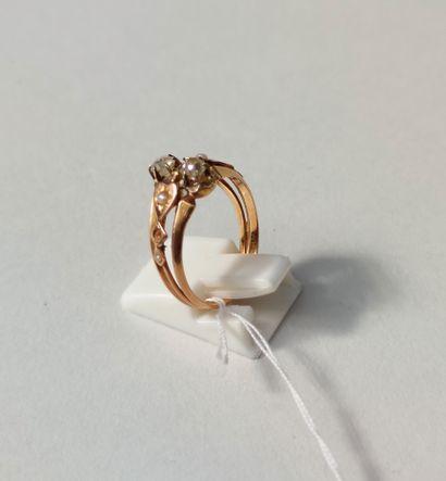 BAGUE en or jaune sertie de deux petits diamants taillés et de quatre petites perles...