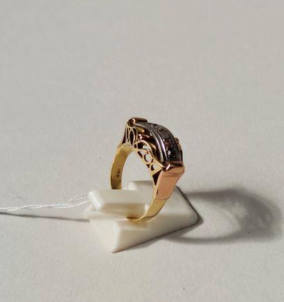 BAGUE Pont en or jaune et gris, sertie d'une ligne de six éclats de diamant taillés...