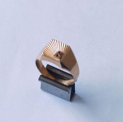 Petite BAGUE Chevalière en or jaune 750°/°° Poids : 4.2 grammes Tour de doigt :...