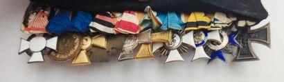 Ensemble de 11 DECORATIONS, deux écharpes, un élément de dragonne