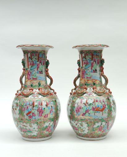 Paire de VASES de forme balustre en porcelaine...