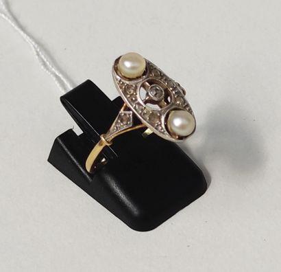 BAGUE en or jaune 750°/°° et or gris 750°/°° ornée de deux perles et petits diamants...
