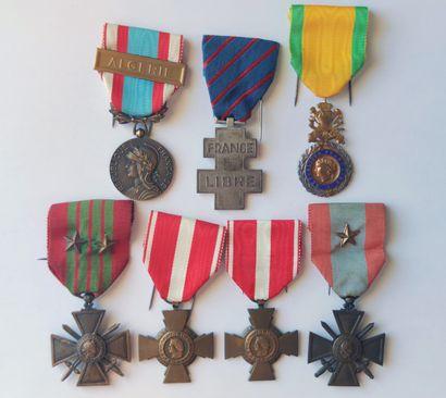 LOT de : Sept décorations : valeur militaire...