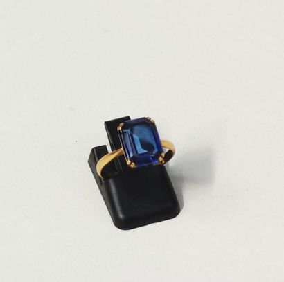 RING, set with a rectangular sapphire blue stone in yellow gold 750°/°° Gross weight...