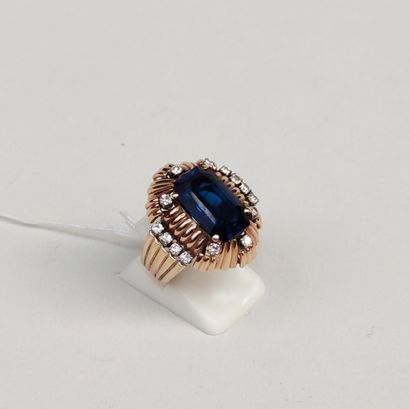 Ring in 585°/00 (14 K) yellow gold, set with a blue stone and brilliant-cut diamonds...