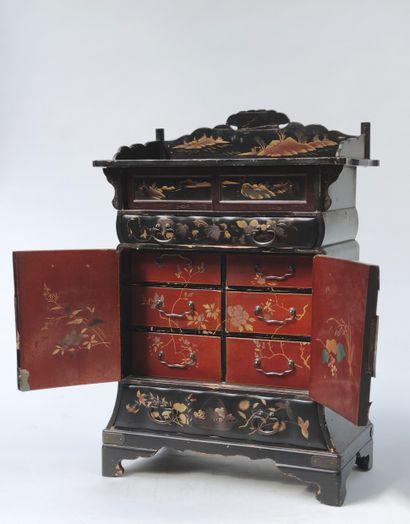 COFFRET à bijoux en bois laqué noir et doré à motifs d'échassiers, paysages lacustres...
